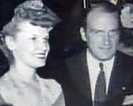 Aktör üvey annesiyle ilişkisinin babası George Spike Hamilton'ın ölümünden sonra kendisi daha olgun bir yaştayken yeniden alevlendiğini de sözlerine ekledi.