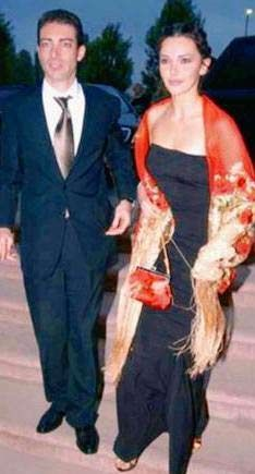En kısa evlilik  2004 yılında, 1.5 yıldır büyük aşk yaşadığı avukat sevgilisi Fethi Pekin ile nikâh masasına oturan Hande Ataizi'nin bu mutluluğu sadece 24 saat sürdü. Aile içinde sade bir törenle evlenen çift, düğünden hemen önce 'evlilik anlaşması' yüzünden anlaşmazlığa düştü. İddialara göre damadın kendisi gibi avukat olan babası Ahmet Pekin, gelininden evlilik anlaşmasına imza atmasını istedi. Ataizi avukatı olmadan bu imzayı atmayacağını söyledi, atmadı da...