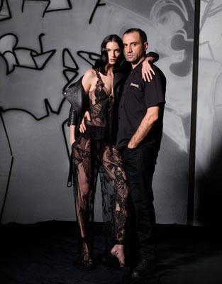Riccardo Tisci gotik romantik havasıyı getirdiğinden beri, Givenchy de artık en sevdiğimiz markalar listesinde.Christopher Bailey'nin Burberry hanesinde yaptıkları da cümleten malumumuz. Ve biz artık bu markaları sadece kampanya ya da defile fotoğraflarıyla değil, tasarımcılarının yüzleri ile de hatırlıyoruz.
