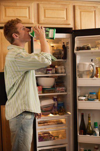 """MÜKEMMEL BİRİ, AMA...   Sormadan özel eşyalarınızı alıyor.  """"O kadar uzun zamandır çıkıyoruz ki, benim eşyalarım üzerinde hak iddia etmeye başladı. Bulduğum yemek tarifi için ayırdığım malzemeleri buzdolabından sormadan alıp yiyor, gazetemi alıp evine götürüyor ve daha ben bir lokma yemeden tabağımdan otlanıyor.""""   Çözüm: Onun evinde biraz zaman geçirdikten sonra eve dönerken sevgilinize ait bir şeyi yanınızda götürün. Ama bu şey, fotoğraf makinesinin şarjı veya buzdolabında kalan son bira şişesi gibi yokluğunu hemen fark edeceği bir şey olsun. Size onların nerede olduğunu sorduğunda, en sakin ses tonunuzla aldığınızı söyleyin. Nasılsa onun da sizin dairenizden bir şeyler götürdüğünü de ekleyin. Emin olun bu konudaki hislerinizi hemen anlayacaktır. Tartışma çıkmayacağını umduğumuz bu deneyimden sonra birbirinizin şeylerini alırken izin alma konusunda karşılıklı ilke anlaşması yapabilirsiniz."""