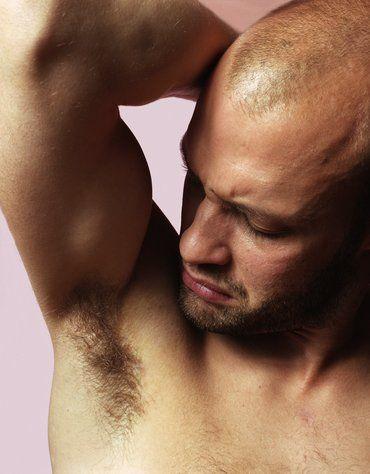 """MÜKEMMEL BİRİ, AMA...  Vücut kokusu gerçekten de çok ağır.  """"Erkek arkadaşım bazı zamanlar ter kokuyor. Erkeklerin doğal vücut kokularından hoşlanıyorum ama onunki öyle güçlü ki benim gibi hassas burna sahip her insanı rahatsız edeceğinden eminim.""""   Çözüm: Ona güzel kokulu bir sabun, deodorant veya bir parfüm hediye edin. Bunu yaparken, seçtiğiniz bu kokunun sizi çok heyecanlandırdığını ve eğer kullanırsa mutlu olacağınızı söyleyin. Eğer aldıklarınızı bir kenara attığını görürseniz, bir akşam çıkarken giysilerini siz seçin ve seçimlerinizi, aldığınız kokuların en güzel şekilde tamamlayacağını ve etraftaki bütün kızların onu dayanılmaz bulacağına emin olduğunuzu söyleyin. Bir yere kadar tabii!"""
