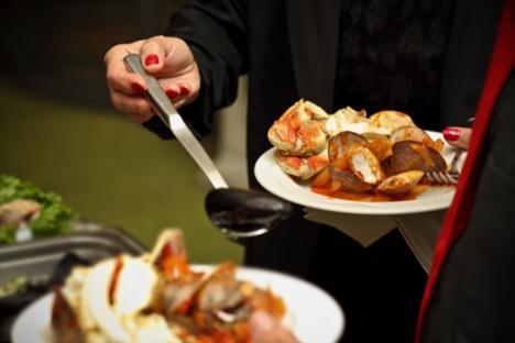 Açık büfelerde açgözlülük yapmayın: Önce salata bölümünü ziyaret edin, hafif çorba alternatifleri mevcutsa bir kepçe çorbayla başlangıç yapın ve ardından ızgara balık, tavuk veya yağsız kırmızı et eşliğinde kocaman salatanızı afiyetle yiyin. Tatlı reyonuna da uğramayın.