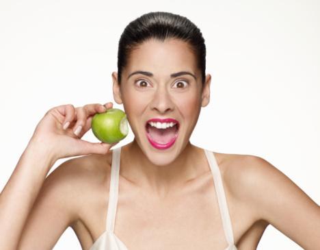 Duygusal yiyici olmayın: Duygusal açlığınızı yemekle doyurmaya çalışmayın. Yemek yemeyi fizyolojik gereksinimlerin karşılanması olarak görmeli, zevk almayı bilmeli ama sadece keyif için yememeye de dikkat etmelisiniz.
