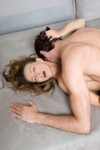 11) Sporu ihmal etme!   Yogayla aran iyi değil mi? O zaman düzenli egzersiz yapmak da bir seçim olabilir. British Columbia Üniversitesi'nde yapılan bir araştırmaya göre, günde 20 dakika egzersiz yapan kadınlar diğerlerine göre daha ateşli yatak sahneleri yaşıyormuş. İşte bu spor yapmak için harika bir sebep!  12) Terletin!  Kaliforniya Üniversitesi'nde yapılan bir araştırma ise erkek terinin kadınlar üzerinde uyarıcı etkisi olduğunu gösteriyor.  13) Stilettodan vazgeçme!  Topuklar orgazm olmanı sağlayan kasları çalıştırıyor. Takunyadan çok daha seksi göründüğü de kesin.