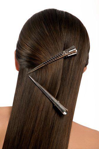 Yarım toplu saçlar:  Saçlarınız önünüze geliyor diye rahatsız olup onları tamamen toplamak yerine, sizi rahatsız eden kısmı bir toka yardımıyla yarım toplayarak, şık bir model haline dönüştürebilirsiniz.