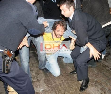 """Beyoğlu'nda meydana gelen olayda, ekranlarda """"Hırsız-Polis"""" filmindeki polis rolüyle ünlenen, Meltem Cumbul ve Şener Şen'le beraber """"Gönül Yarası"""" adlı sinema filminde rol alan oyuncu Timuçin Esen, önceki gece Beyoğlu'nda önce gazetecilerle sonra da polislerle tartıştı."""