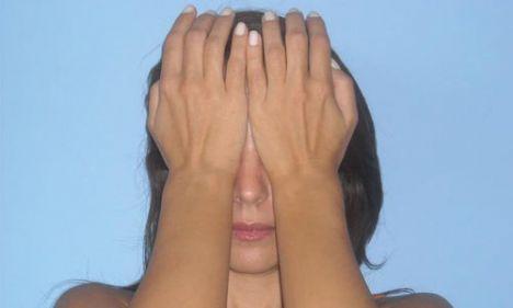 1- Avuç hareketi   Bu egzersizler bilgisayarın önünde uzun saatler geçirenler için ideal bir çalışmadır. Her gün kolaylıkla yapacağınız bu hareketler gözlerinizin etrafındaki şişlerin inmesine yarar ve göz sinirlerini rahatlatır.    Rahat bir pozisyonda dik olarak oturun. Gözlerinizi kapatın. Nefesiniz burun deliklerinizden girip çıkarken nefesinize odaklanın. Temiz ve serin havayı alın, kirli ve sıcak havayı verdiğinizi hissedin.  Şimdi avuçlarınız iyice ısınana kadar birbirine sürtün. Sonra avuçlarınızın alt kısmını göz çukurunuzun üzerine kapatın. Gözünüzü çevreleyen göz kaslarını (orbicularis oculi) avucunuzun alt kısmı ile hafifçe itin. Bu hareketi 10 kez tekrar edin, dinlenin ve 5 kez daha tekrar edin.