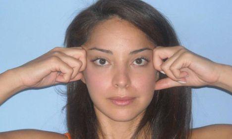 7- Yorgun ve sarkık göz kapakları için   Bu egzersiz biraz konsantrasyon gerektirir fakat özellikle sarkık göz kapaklarını kaldırmak için son derece faydalıdır.   İşaret parmaklarınızı enlemesine şakaklarınızın üzerine basınç uygulayarak saç diplerinize doğru çekin. Alnınızda çizgiler oluşturmadan gözlerinizi çevreleyen kaslarınızı parmaklarınızın ucuna doğru hareket ettirin (Bir direnç oluşturun). Bu egzersizde 5'e kadar sayın ve bırakın. Bu hareketi 5 kez tekrarlayın.