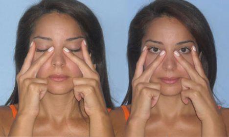 2- Gözaltları için    Bu hareket gözü çevreleyen göz kaslarını (orbicularis oculi) güçlendirir ve gözdeki kırışıklıkları azaltır.  İki elinizle V harfi yapın ve işaret parmaklarınızı gözünüzün dış uç kısmına yerleştirin. Orta parmağınızı ise gözünüzün iç ucuna yerleştirin. Gözünüzün alt ve üst kapaklarını göz kırpma hareketi gibi hızla hareket ettirin ama bu hareket esnasında gözlerinizi açık tutmaya çalışın. 10 kez göz kırpın, durun, sonra 2 kez daha tekrar edin.