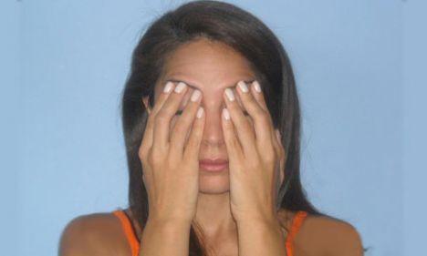 3- Göz kapakları için   Bu hareket kaşın alt kısmına gelen göz bölgesine yöneliktir. Göz kapaklarında oluşan kırışıklıkları ve sarkmaları önler.   Başparmak hariç 4 parmağınızı kaşlarınızın üzerine yerleştirin ve kaşlarınızı hafifçe yukarı itin. Gözlerinizi kapatın, göz kapaklarınızı aşağı doğru çekerek karşı bir direnç oluşturun. 10 kez aynı hareketi 2 set halinde tekrarlayın.