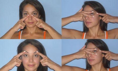 6- Göz boşluğu masajı ve kırışıklıkları yok eden hareket   İşaret veya orta parmağınızı burun köprüsünün hemen altına yerleştirin. Parmağınızı köprüden yukarı doğru ve kaşlarınızın altına gelen kemiğe doğru hareket ettirin. Kaşlarınızın altında, kemiğin aşağıya döndüğü yerde bir çıkıntı hissedeceksiniz, o kısmı biraz ovun. Şimdi kaşınızın altına gelen göz çukuru kemiğini sol gözünüzün uç köşesine kadar parmağınızla takip edin.   Bu çalışmayı tamamladıktan sonra sol elin işaret parmağını, sağ gözünüz ortada kalacak şekilde yerleştirin. (İşaret parmağı kaşın altında, orta parmak gözün altında). Aynı zamanda sağ işaret parmağınızı sağ gözünüzün uç noktasına yerleştirin. Sağ gözün alt kısmındaki orta parmağınızı aşağı doğru iterken, sağ gözün ucuna yerleştirdiğiniz işaret parmağınızla hafifçe sağ tarafa doğru çekin. Bu harekette sadece alt göz kapağı hareket etmelidir. Her göz için 8 kez uygulayın.