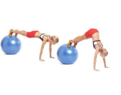 SWISS-BALL PIKE WITH PUSHUP  Ayaklarınızı büyük bir egzersiz topuna, ellerinizi de yere koyarak sınav pozisyonuna geçin. Kalçanızı yukarı kaldırırken topu kendinize doğru yaklaştırın, bacaklarınız dümdüz olmalı. Biraz bekleyip tekrar başlangıca dönün ve bir şınav çekin.