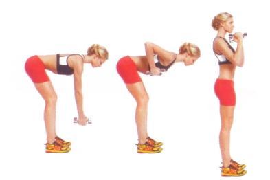 ROW AND BACK EXTENSION  Ellerinize bir çift dambıl alarak bacaklarınızı kalça genişliğinde açın. Belinizi büküp öne doğru eğilirken dizlerinizi de hafifçe kırmalısınız. Ağırlık bacaklarda olmalı. Pozisyonu koruyun. Şimdi dambılları kaburganıza doğru kaldırın. Vücudunuzu tekrar doğrulturken dambılları da yukarı kaldırın.