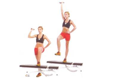 STEP-UP AND SINGLE ARM PRESS  Sağ elinize bir dambıl alarak sol ayağınızı bir step tahtasına koyun. Ağırlığınızı sol ayağa verip yükselirken dambılı iyice yukarı kaldırın. Başlangıca dönün. 10 kez tekrarladıktan sonra, hareketi sağ ayağınızı step tahtasına koyarak tekrarlayın.