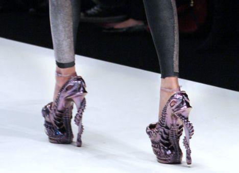 Paris Moda Haftası kapsamındaki McQueen defilesi Darwin'in evrim teorisinden esinleniyor.