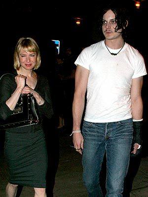 2001  'Bridget Jones'un Günlüğü' serisinin ilk filmini çevirdiğinde 10 kilo aldı ve Jim Carrey ile ayrıldı.