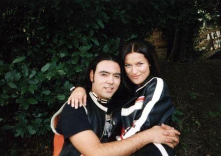 Ebru Şallı ve Ozan Orhon 1997 yılında yakın dostlarının katıldığı düğün töreni ile dünyaevine girdi.