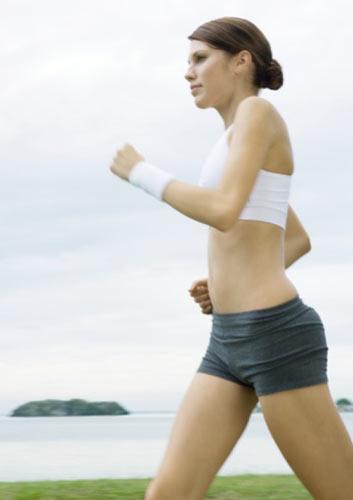 3. Gün Pazartesi  1. Yürüyün: Otuz dakika.   2. 'SİZ Egzersiz' programını uygulayın:  Yirmi dakikalık, ağırlık gerektirmeyen egzersiz planını izleyin. Güç egzersizi, vücudunuza kas eklemenizi, dolayısıyla metabolizmanızı hızlandırmanızı ve yağ yakmanızı sağlar. Ayrıca, yürürken karın kaslarınızı germeye başlayın; böylece duruşunuzu düzeltir ve giysilerinizi daha iyi taşırsınız. Kalp ritminizi yükselten bir tempoyla başlayın veya yirmi dakikalık başka türde bir kardiyovasküler çalışma yapın.   3. Yazın: Kendinizi yeniden programlamaya yardımcı olabilecek yollardan biri, yediğiniz her şeyi yazmaktır. Bu şekilde, bu size sorumluluk kazandırır; kötü yiyecekler yemek istemezsiniz, çünkü onları yediğinizde eski halinizi hatırlatmasından hoşlanmazsınız. Bu nedenle iki hafta boyunca yediğiniz her şeyi yazın.   4. Alışverişe çıkın:  Yakında vereceğiniz kiloların hatırına üç gün yürüyüş yaptıktan sonra, bir kez daha alışverişe gidebilirsiniz. Bu kez, spor mağazasına gideceksiniz; iyi bir çift koşu ayakkabısı almak için. Onları sadece yürüyüş için kullanın. Koşu ayakkabıları hafiftir ve ortopedileri mükemmeldir.   Bunları yiyin: Kahvaltı, öğle yemeği ve atıştırmalar için beslenme rehberini izleyin. Akşam yemeği için; domatesli, zeytinli ve fasulyeli tavuk yiyebilirsiniz.