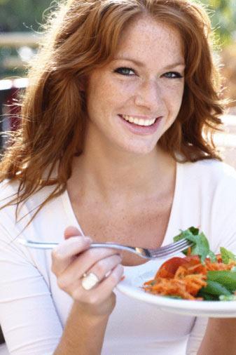 Öğle seçenekleri:  •Dilimlenmiş salata: 6 adet parçalanmış ceviz, dilimlenmiş sebze ve dilimlenmiş karışık yeşillikle 100 gr. somon, hindi veya tavukgöğsü, sos olarak da balsamik sirke ve zeytinyağı •Çorba çeşitleri •1 dilim kızarmış tam buğday ekmeğinin üzerine sebze burger, dilimlenmiş domates, yeşillik veya ıspanak yaprağı, soğan dilimi