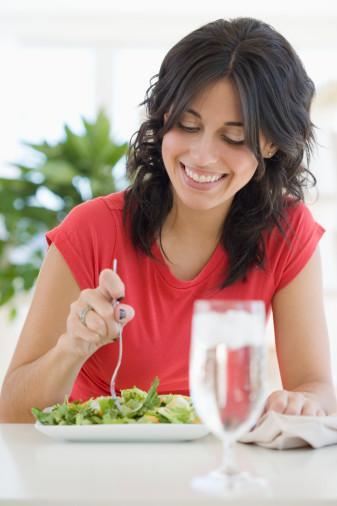 9. Kan testi yaptırın Yaklaşık 12 kadından birinin tiroid bezleri yeterince iyi çalışmıyor ve bu da metabolizmayı yavaşlatan etkenlerden.   10. Suyu tercih edin Meşrubat tercihinizi sudan yana kullanın. Yanınızda şişe bulundurmak faydalı olabilir.   11. Tat alma duyunuzu yanıltın Öksürük için olan mentollü drajelerden bir taneyi ağzınızda eritmek, canınız bir şey çektiğinde, bu duyguyu köreltebilir.