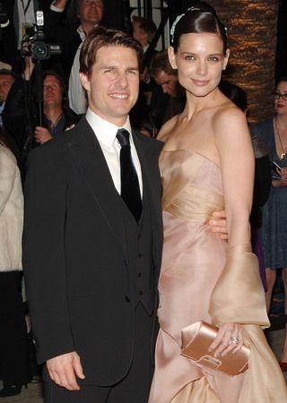 TOM CRUISEKATIE HOLMES   Hollywood'un gözde yıldızları, birlikte olmaya başladığında herkes, yaş farkı sebebiyle bu ilişkinin uzun ömürlü olmayacağını söylüyordu. Tom'un Katie'den 16 yaş büyük olması onları etkilemedi. Çift, birlikteliklerini evlilikle noktaladı.