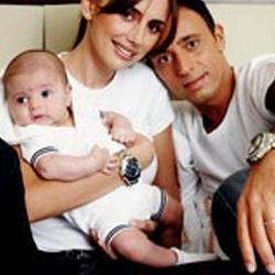 MUSTAFA SANDAL-EMİNA TÜRKCAN SANDAL   Mustafa Sandal önceleri Emina ile arasındaki 12 yaş farkın fazla olduğunu söylüyordu. Ünlü sanatçı, evlenmek için Emina'nın büyümesini bekledi, desek yeridir. Altı yıl süren beraberlik önce evlilikleri, ardından da Yaman adlı bebekleriyle