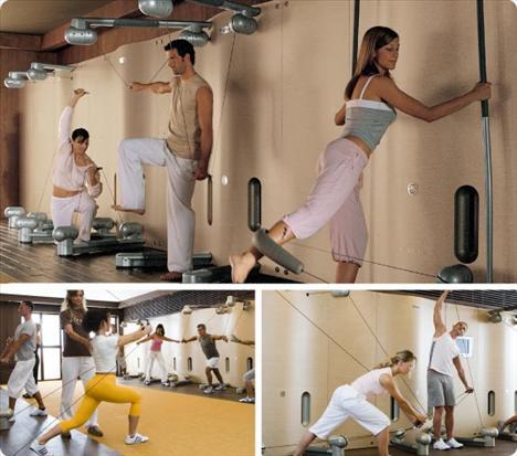 Kinesis Kinesis, birbirinden farklı dört modülden oluşan bir egzersiz sistemi. Tüm eklemleri doğal açılarıyla hareket ettirerek, 1 saatte yakabileceğiniz kalorinin %30 daha fazlasını yakmanızı sağlıyor.   Devrim niteliğindeki bir antrenman sistemi olan kinesis, her yaş grubundan hem yeni başlayanlara hem de profesyonel sporculara öneriliyor. Duvara monte edilmiş demir çubuklar üzerine oturtulmuş iplerden oluşan bu teknoloji harikası, iplerden oluşan yapısı sayesinde bacaklardan kollara ve göbeğe kadar tüm kasları çalıştırıyor, vücudu esnekleştiriyor. Bu nedenle kısa sürede iyi sonuçlar elde etmek isteyen herkes kinesis yapabilir. Kinesiste kaslar ve eklemler en üst seviyede kullanılıyor, bu sayede de zihin ve beden ilişkisi de kuruluyor.