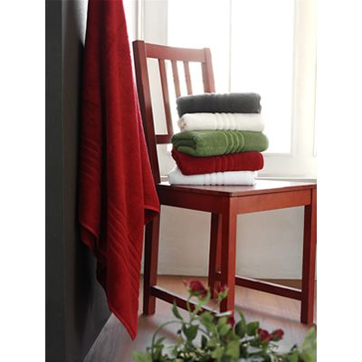 Sıcak renkli havlular:  Yazın kullanmayı tercih ettiğiniz beyaz havluların yerine  kiremit ve kırmızı tonlarında havlular kullanarak banyonuzu renklendirebilirsiniz. Tepe Home