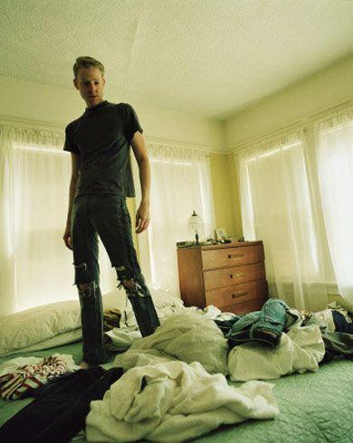 KOLAY KISIM  - Yatağı topladı. (+1)  - Yatağı topladı ama yastıkları dekoratif şekilde yatağın üstüne koymayı akıl etmedi. (0)  - Yastıkları ve yorganı öylece savurdu, yataktan kalktı. (-1)