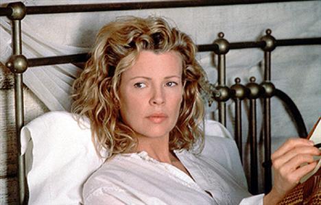 Kim Basinger Ünlü oyuncu, ''9.5 Hafta'' filmindeki performansıyla zihinlere kazındı.