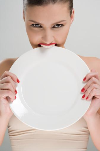Diyetle ilgili bildiğimiz gerçekler değişiyor mu?  •Fazla kilolardan kalıcı olarak kurtulmak imkansız.  Doğru. Kilo kaybı geçici yöntemlerle sağlanmaya çalışılırsa verilenler fazlasıyla geri alınır. Bunun yerine davranış değişikliği yapılırsa, beslenme şekli yaşamınızla örtüşürse, kilo kaybı kalıcı olur.   • Az beslenerek kilo probleminden kurtulabiliriz. Kaybedilen kilonun istenildiği gibi yağ mı yoksa kas ve su kaybı mı olduğu çok önemli.  Yanlış.  Kilo kaybı sağlayabilmek için kişinin günlük alması gereken gıdaları mutlaka tüketmesi gerekir. Az beslenmek, kilo kaybı için çözüm yöntemi değil.