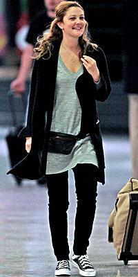 Drew Barrymore hırkasını siyah jeaninin üzerine giymiş.