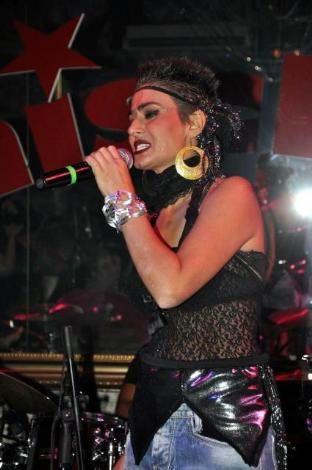 İzmir'de 'Mischka Live'da sahneye çıkan şarkıcı Yıldız Tilbe, kısacık saçlarının nedeninin kuaför kazası olduğunu açıkladı.