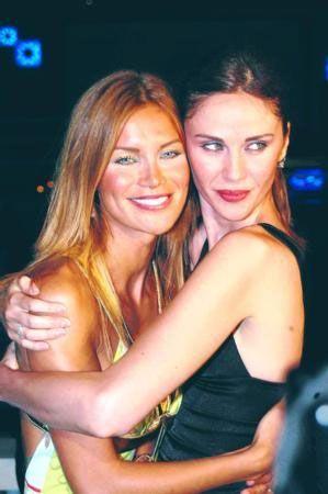 Bayülgen, Ebru Şallı ve Demet Şener'in, Türkiye'nin iki güzel kızı olduklarını ancak yüzlerine yaptırdıkları müdahaleler sonucunda güzelliklerinden kaybettiklerine vurgu yaptı.