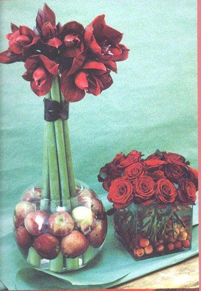 Taze çiçekleri pratik ve şık çözümlerle sıra dışı sergilemenin yolları…  Meyve ve çiçek kombinasyonu:   Uzun saplı çiçeklerinizi yuvarlak akvaryum tipi bir vazoda sergileyin, ve vazonun altını seçeceğiniz çiçeklerin rengine göre aynı renkte meyvalarla doldurun. İşte size orjinal ve yaratıcı bir çözüm!