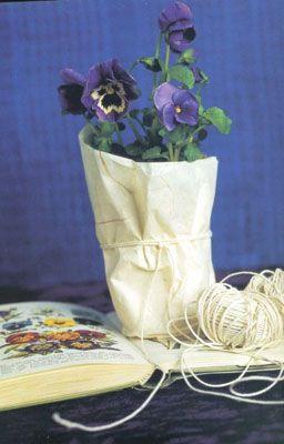 Kağıttan saksı:   Çiçek saksınızın etrafına saracağınız krapon kağıdını aynı renk iple tutturun ve kendi saksınızı kendiniz yaratın.