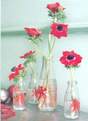 Cam şişelerde çiçek:   Elinizin altında bulunan farklı boylardaki cam süt ve su şişelerine az sayıda çiçek koyun, ve 4-5 şişeyi bir arada sergileyerek zengin bir görüntü sergileyin.
