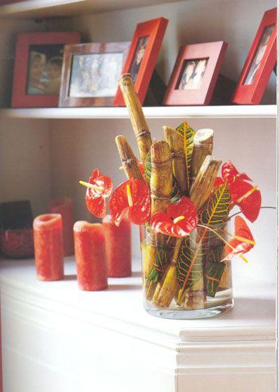 Antorium ve bamboo:   Her mevsim bulabileceğiniz antorium çiçeğini, bambu çubukları sonbahar yaprakları ile birarada yuvarlak cam vazoda sergileyin.
