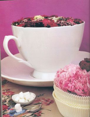 Fincanda çiçek servisi:   İşte farklı bir öneri daha! Fincana  papatya, kır çiçekleri koyun ya da menekşe gibi saksı çiçeklerini ekin.
