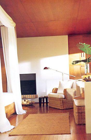 Ralph Lauren:  Amerikan hayat tarzında kökten değişimler yaratan tasarımcı Ralph Lauren, Long Island'da bulunan bu evi karısı ve çocukları ile vakit geçirebileceği 'uzakta bir tatil evi' hayaliyle satın almış. Evde sık sık eski parçalar, açık renk ahşap, bambu, hasır ve keten gibi doğal malzemeler kullanarak sadeliğin ön planda olduğu bir tarz sergileyen dekorasyon, tasarımcının tüm hayat felsefesini yansıtıyor. Pratik ve kolay hayat tarzının sofistikayonla bütünleşmesi, işte Lauren'in felsefesi!