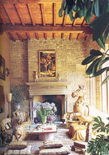 Roberto Cavalli:  İtalya'nın Toscana bölgesinde bulunan ve tarihi 1500'lere dayanan bu evde Cavalli ve eşi Eva Duringer beraber yaşıyorlar. Tasarımcı 1700'lerden beri el değiştiren bu eve, her yeni sahiple beraber eklemeler yapıldığını vurguluyor ve 1979'da evi satın alarak bu geleneği devam ettirdiğini belirtiyor. Cavalli markasının sembolü haline gelen leopar baskısı, mor ve bordo kadife kumaşlarla bütünleşerek dekorasyonda kullanılmış. Hayvan baskılarını tasarımda ustaca harmanlayan tasarımcının evindeki Alman kurdu, İran kedisi, balık ve papağan gibi canlılar da dekorasyona farklı bir etki katıyorlar.
