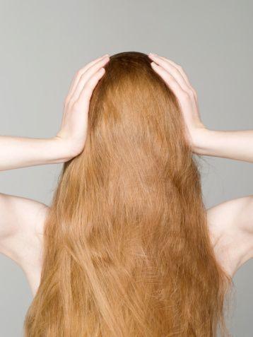 Saçlarda kuruluk  Saçlarda kuruluk yapısal bir sorundur.Yağ salgısının azaldığı durumda ortaya çıkar. Sabun sık görülen kurutma sebeplerindendir. Kuru saçlara uygun şampuan ve saç kremleri kullanılmalıdır. Ayrıca saçları besleyici maskeler uygulanabilir.
