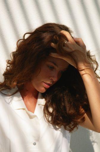 Saçlarda kepeklenme  Cilt 7 kattan oluşan ve sürekli olarak alttan yenisi geldikçe en üstteki dökülen aktif bir organdır ve vücudun her tarafında böyledir. Cildin bu yenilenmesi en üstteki tabakanın daha büyük parçalar halinde olduğunda kepek olarak karşımıza çıkar. Yeterince sık yıkanmaması ve yetersiz durulama kepeklenmeyi artıran faktörlerdir. Uygun kepek önleyici bir şampuan genellikle yeterli olur.  Kepek oluşumuna sebep olan diğer bir sebep saçlı deride mantar oluşmasıdır. Bu durumda farklı bir tedavi gerekebilir. Bunun için dermatoloji uzmanına muayene olmak en uygun davranış olacaktır.   Kepek problemi olan kişide saç derisi dışında kaş, şakak, alın gibi bölgelerde kızarıklıkla birlikte oluşan kepeğimsi döküntüler varsa, bu kişinin kepekten ayrı bir problemi olabileceğinden doktora başvurması doğru olur.