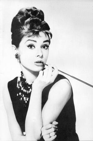 Audrey Hepburn  ''Sade güzeldir'' sözü Hepburn'le hayat buldu. ''Tiffany'de Kahvaltı'' filminin unutulmaz yıldızı, moda dünyasına da saç bantlarını, geniş güneş gözlüklerini, babet ayakkabıları, kapri pantalonları ve siyah kısa elbiseleri armağan etti.