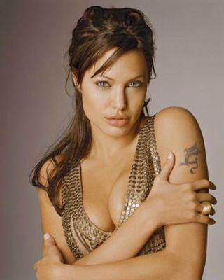 Angelina Jolie  Bir başka Oscarlı oyuncu olan Jolie, aynı zamanda Birleşmiş Milletler iyi niyet elçisi. Afrikalı açlardan Irak'taki çocuklara kadar yardım elini uzatan oyuncu, 3'ünü evlat edindiği 6 çocuk sahibi.