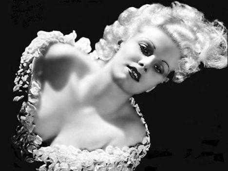 Jean Harlow  1911 yılında dünyaya gelen Harlow, platin sarısı saçlarıyla döneminin en gözde ismiydi. Yaşama henüz 26 yaşındayken veda eden Harlow, kısacık ömründe gelecek nesillerin de idolü olacak kadar etkili bir isim oldu. Marilyn Monroe'nun stilini örnek aldığı Harlow, tam 60 yıl sonra 1990'da Madonna'nın 'Vogue' adlı şarkısında anılarak ölümsüzleşti.