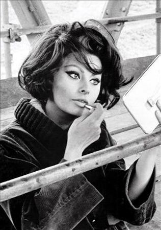 Sophia Loren  Napoli'de küçük bir gecekondu mahallesinde doğan İtalyan oyuncu, halen dünyanın en güzel kadınları arasında. Loren, 1960'da ''Two Women'' filmiyle Oscar kazandı.