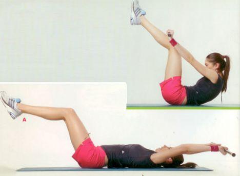 """4. Bodybar crunch Zorluk derecesi biraz daha yüksek, ancak çok etkili bir egzersiz olan """"bodybar crunch"""" için önce kollarınızı başınızın arkasına uzatın ve barı arkada tutun. Ayakları yerden çok az yukarı (bir kaç karış kadar) kaldırın (A). Barı ön tarafa doğru hareket ettirirken, ayaklarınızı da kendinize doğru çekin ve orta noktada buluşturun (B). Egzersizi 12'şer tekrardan oluşan 3 set halinde yapın."""