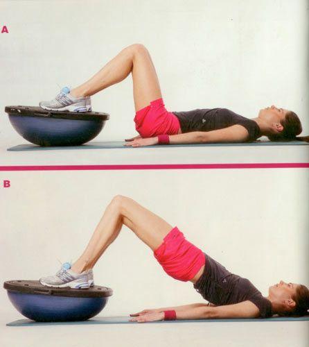 3- Bosu üzerinde omuz köprüsü Bosuyu bu kez alışılmış pozisyonun dışında ters çeviriyoruz. Çok etkili olan bu egzersizin zorluk derecesi de biraz yüksek. Aslında temel olarak 1. ve 2. karın egzersizine benziyor, ama bu kez biraz daha zorlaştırmak için bosudan faydalanıyoruz. Eller yerde yanlarda, ayaklar boşunun üzerinde dengenizi sağlayın (A). Popoyu ve karın kaslarını sıkarak poponuzu yukarı kaldım. Poponuzu yukarı kaldırdığınızda, omuzlarınızdan dizlerinize doğru düz bir çizgi oluşturmaya dikkat edin (B). Egzersizi 15'er tekrardan oluşan 2 set halinde yapın.