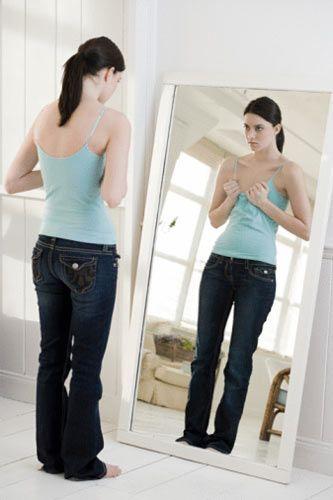 SORU: Çok zayıfsanız hangisinden kaçınmalısınız?  a) Tüy gibi ince kumaşlar b) Kalın tüylü kazaklar e) Hiçbiri. Ne kadar zayıfsan, o kadar güzelsindir  CEVAP: Ne kadar zayıfsan, o kadar büyük kafalı görünürsün demek daha doğru olacaktır. Eğer çok zayıfsanız, tüy gibi ince kumaşlar vücudunuza yapışacağından sizi daha da zayıf gösterebilirler. Bu tip kumaşlar ince insanlara çok yakışır, ama çok zayıfsanız boş verin. Kalın tüylü kazaklar ve fırfır detaylı elbiseler ise tam size göredir.